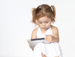 маленькая девочка с iPad