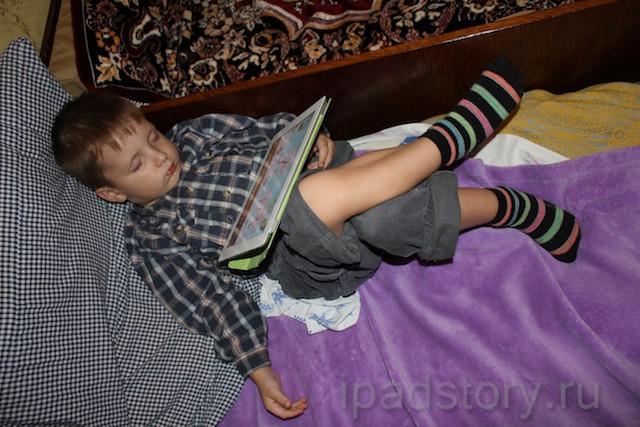 Ярик спит с iPad