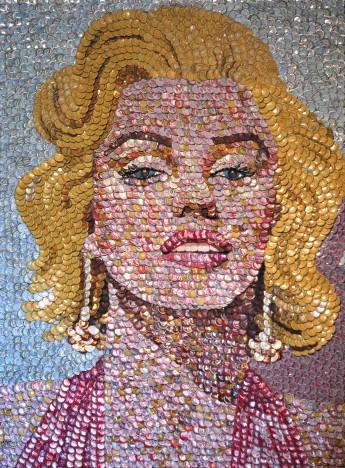 Molly B. Right картины из бутылочных крышек