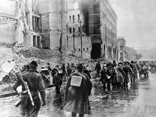 Самая поразительная для меня фотография - это снимок наших солдат, которые идут по Хрещатику. Разрушенная оккупантами центральная улица города производит сильное впечатление.