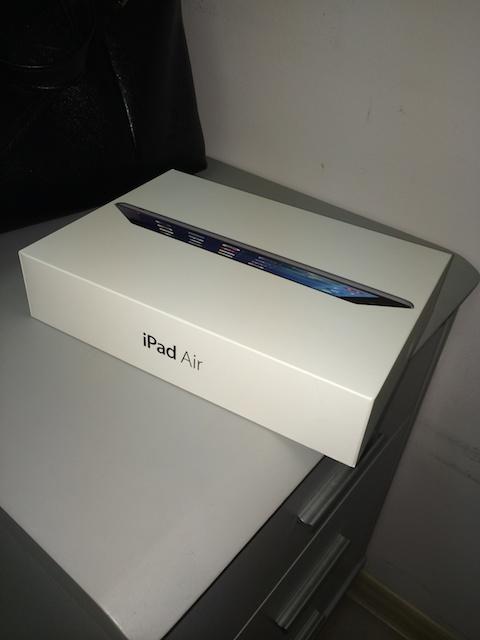 iPad Air коробка на столе