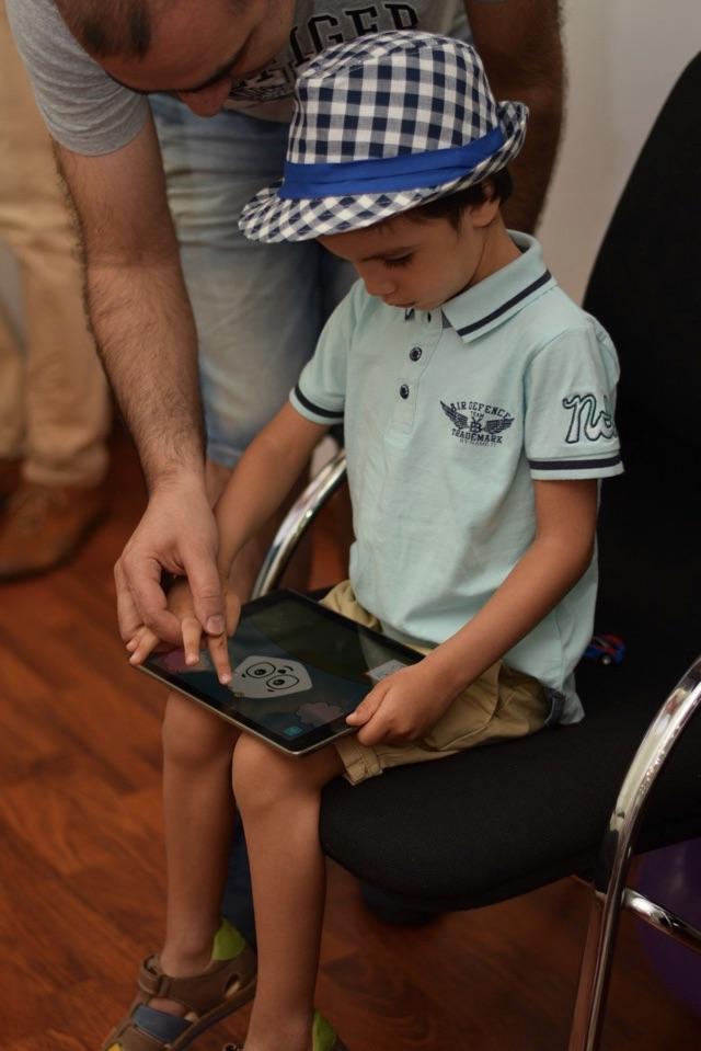 """Этот юноша в очаровательной шляпе увлечен рисованием енота в игре """"Bimi Boo Drawing""""."""
