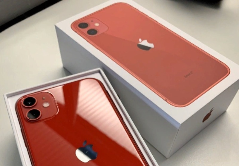 Красный айфон с коробкой
